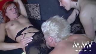 Зрелая лесбиянка втроём с этими шлюхами