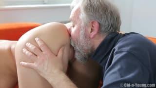 Старый парень соблазняет горячую сучку