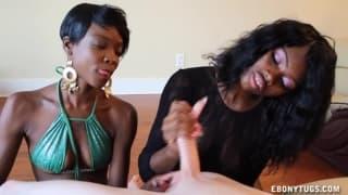 Две красивые черные женщины дрочат