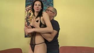 Старик покоряет молодую девушку
