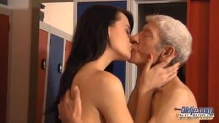 Ева Стросс хочет опыт траха со стариком