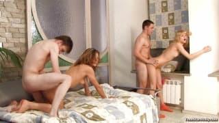 Горячая молодая пара любит секс на камеру