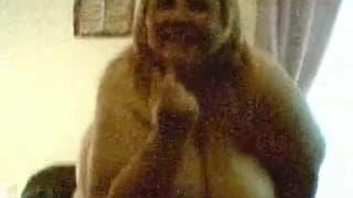 Супер зрелая женщина танцует на камеру
