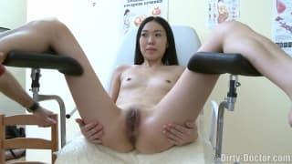 Гинеколог тестирует её киску