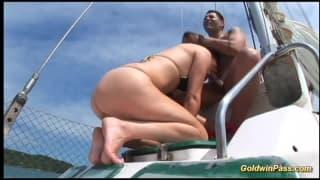 Горячая сука трахается в задницу на лодке