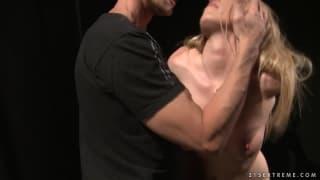 Кира Бянки сексуально сосет член в этом видео