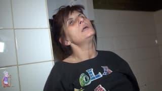 Зрелая женщина мастурбирует на камеру