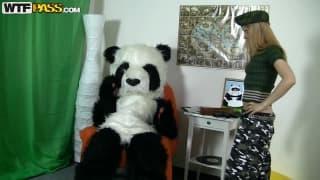 Крис блондинка, которая любит панд!