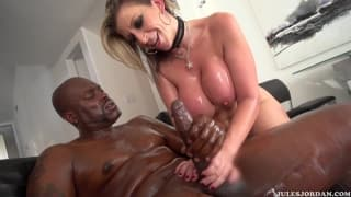 Сара Джей наслаждается черным членом