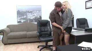 Эшли Огонь ебется с парнями у себя в офисе!
