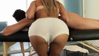 Марина Анджел дает чувственный массаж
