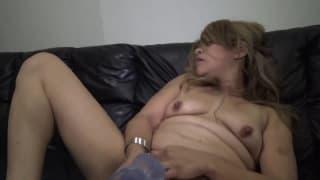 Эта женщина играет со своим фаллоимитатором