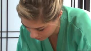 Лия Лор делает Джошу массаж