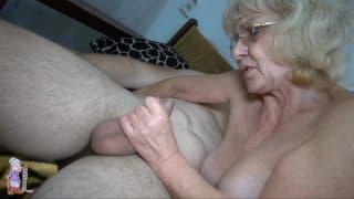 Старая блондинка любит игры с ее клитором