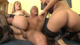 Две суки, которые очень рады сексу