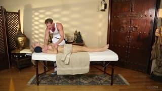 Аманда Тейт получает нежный массаж