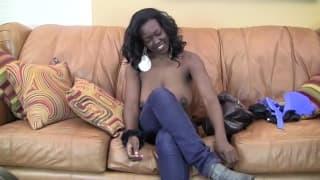 Жасмин счастлива с ним на диване