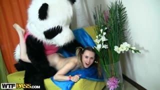 Марибель наслаждается своей игрушкой пандой