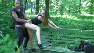 Секс втроем в в городском парке