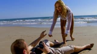 Джинджер Хелл и Лео Галвет ебутся на пляже