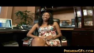 Молодая чёрная женщина любит ебаться