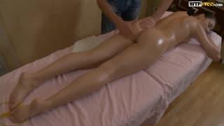 Молодая девушка получает трах с массажистом