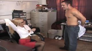 Эта сексуальная секретарша любит ебаться