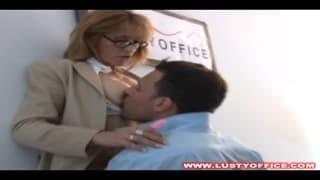 У этой секретарши глубокая задница для траха