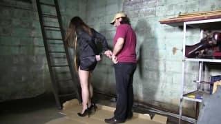 Эта шлюха горячая и сексуальная рабыня дня
