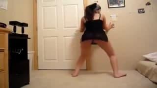 Она любит танцы на веб-камеру