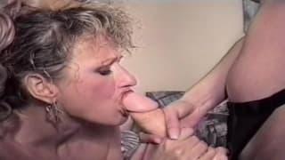 Зрелая мамаша трахается с молодой девушкой