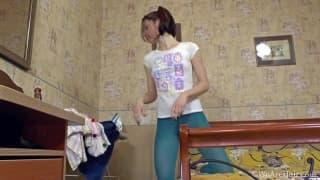 Ямаота трахает свою волосатую пизду игрушкой