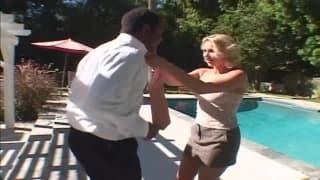 Она встретила чёрного парня для удовольствия