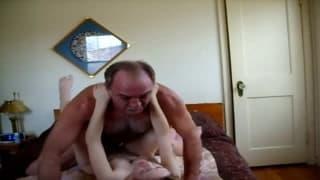 Старый мужик трахает свою молодую подружку