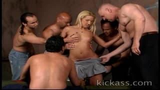 Фиона Чекс трахается в групповом сексе