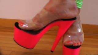 Эти суки с удовольствием наслаждаются ногами