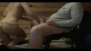 Разновозрастная парочка трахается на стуле