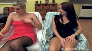 Мелани и Промсита ласкают свои киски пальцами