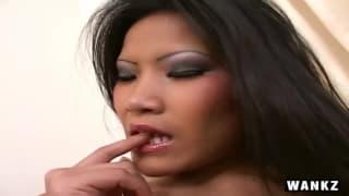 Кристина наслаждает свою киску секс-игрушкой