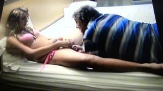 Bethyl Тигр веселится с дедушкой