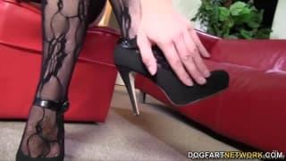 Mandy Lou радует своего мужчину ногами