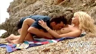 Горячая блондинка занимается сексом на пляже