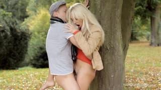 Он лижет ее киску и трахает ее в лесу