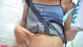 У этой брюнетки есть фаллоимитатор в её киске