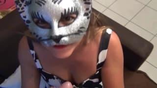 Она сосет его член в своей любимой маске