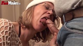 Она любит ебать его страпоном