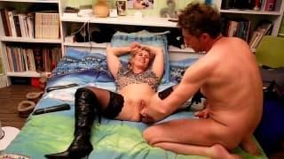 Она мастурбирует с игрушкой и ей нравится