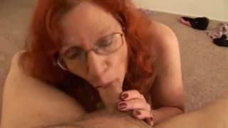 Рыжая мамаша просто хочет сосать