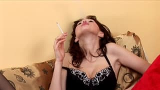 Эта брюнетка демонстрирует своё женское бельё