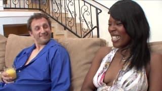 Сексуальная практика на диване для этой шлюхи